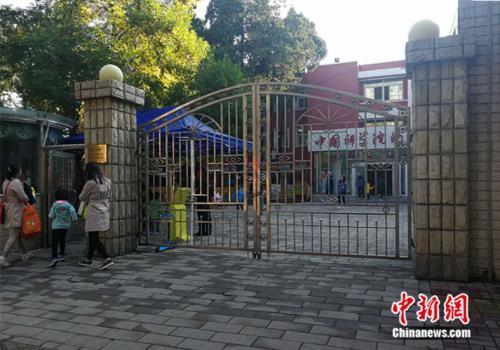 资料图:北京市某幼儿园外家长送孩子入园中新网记者张尼摄