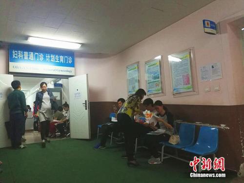 北京大学第一医院妇儿门诊内准妈妈在进行检查中新网记者张尼摄