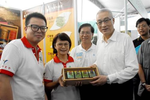 国民党主席吴敦义(左四)