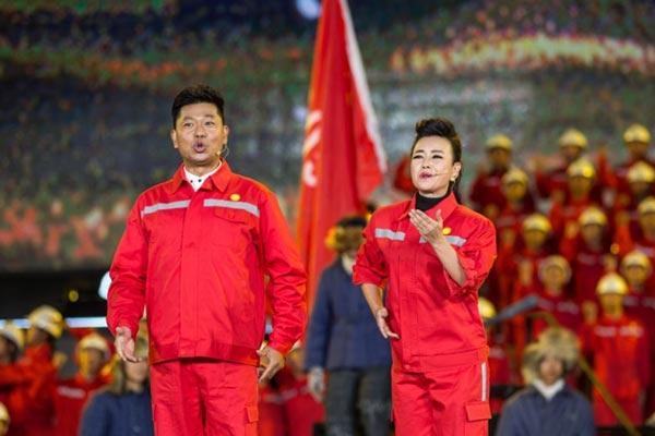 2017年中央电视台中秋晚会,姚林辉(右)、乔军演唱《满怀深情望北京》