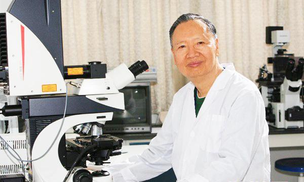 卢永根在华南农业大学的实验室里(资料照片)。新华社发(华南农业大学供图)