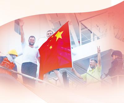 2017年4月12日,也门亚丁港,中国海军第二十五批护航编队玉林舰安全解救出商船OS35上的船员。人民视觉
