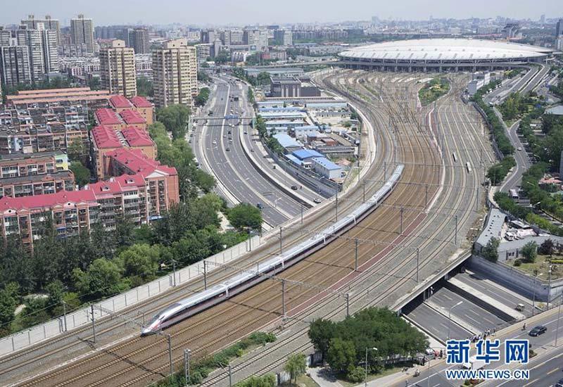 """""""复兴号""""G123次列车驶出北京南站(2017年6月26日摄)。新华社记者 邢广利 摄"""