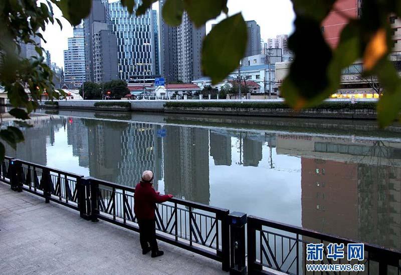 行人在上海市的苏州河畔休闲(2017年2月7日摄)。新华社记者 陈飞 摄