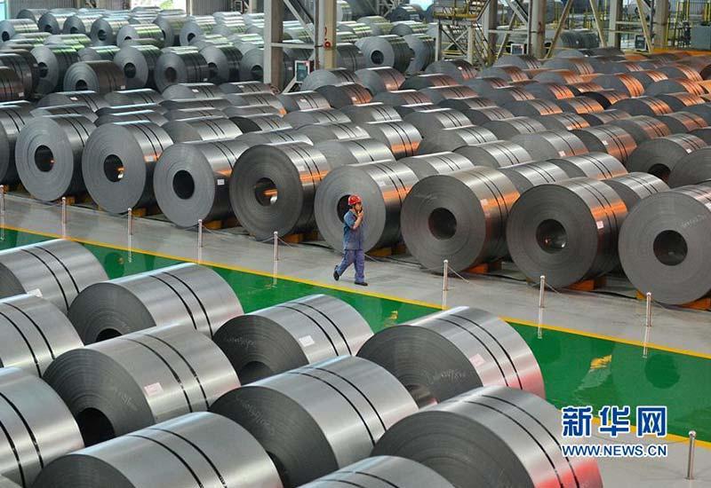 河钢集团邯钢公司的工作人员在钢卷存放库区内巡视(2016年6月23日摄)。新华社记者 牟宇 摄