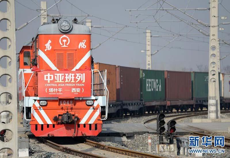 """运载着1000吨棉纱的""""塔什干-西安""""中亚班列抵达西安新筑车站(2017年2月24日摄)。新华社记者 李一博 摄"""