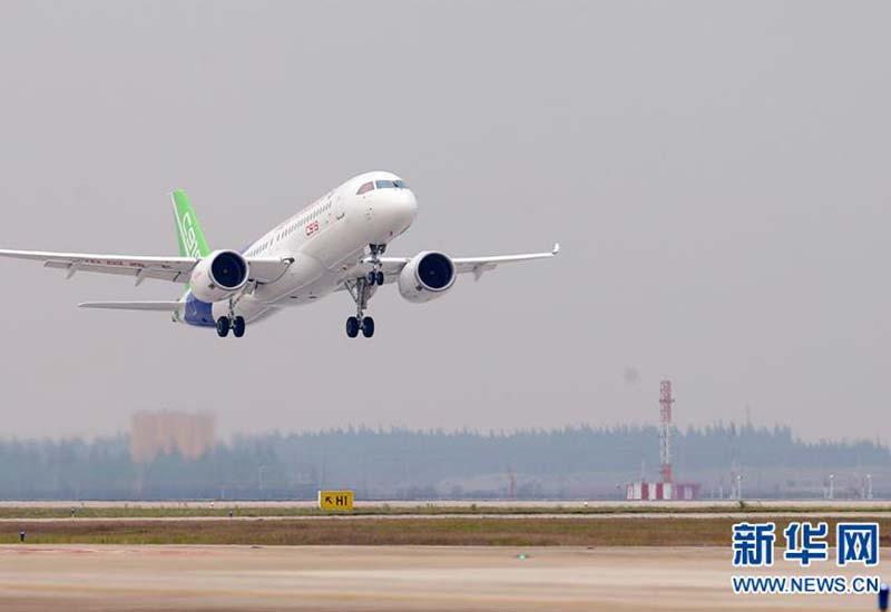 中国首款国际主流水准的干线客机C919在上海浦东国际机场起飞(2017年5月5日摄)。新华社记者 丁汀 摄