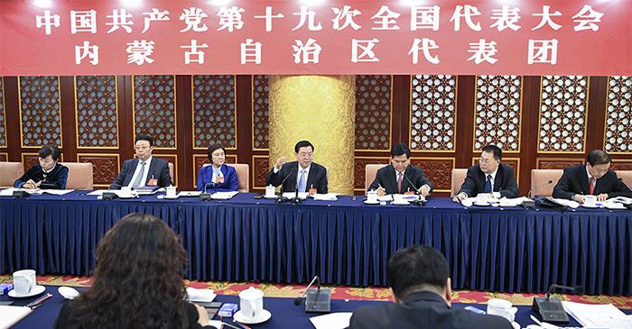 10月18日,张德江同志参加他所在的党的十九大内蒙古代表团讨论。 记者 张领 摄