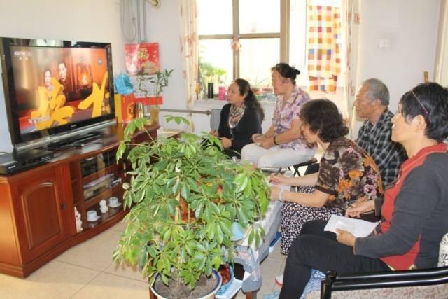 安宁里社区党委组织党员集体观看交流心得