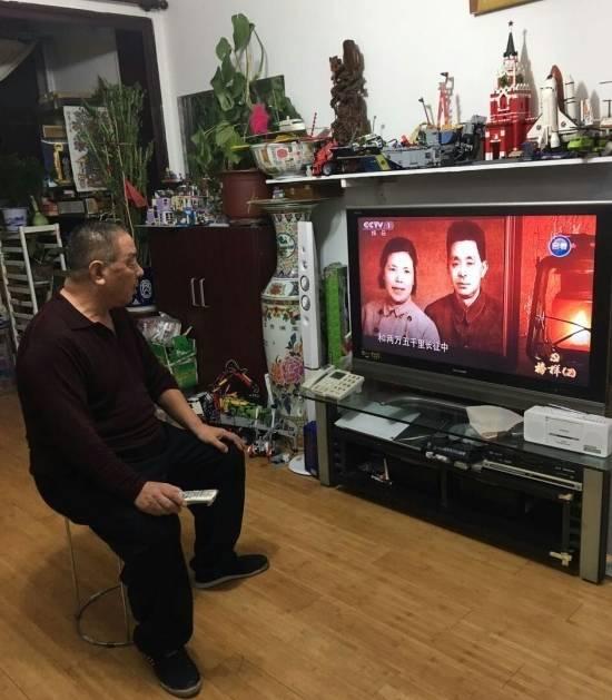 力度社区党员在家观看专题节目《榜样》