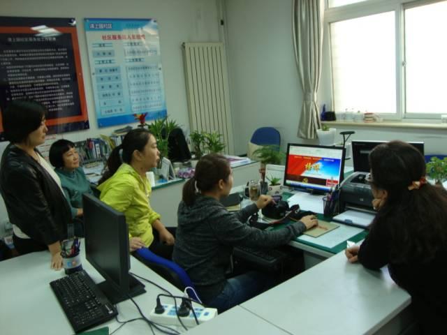 清上园社区党委组织党员干部利用工作空余时间观看《榜样》
