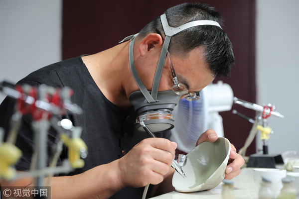 Zheng Weiguo, 46, lives in Longquan, east China's Zhejiang province. He had a hobby of collecting celadons, but it was a pity that most of the pieces he found were incomplete. Thus, the thought of learning to restore the ancient porcelains emerged.