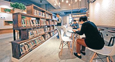为更好满足居民精神文化生活需求,北京朝阳区左家庄街道文化服务中心近期投入运营。文化中心图书馆、电影厅、早教活动室等功能区设备齐全。图为社区群众在图书馆阅读。乔健摄(人民视觉)