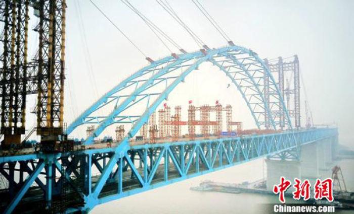沪通长江大桥专用航道桥拱肋实现合龙