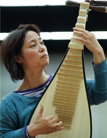 """被誉为""""中国琵琶走向世界第一人""""的吴蛮在排练现场 王小京/摄"""