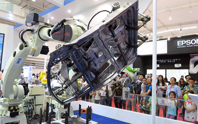 (A welding robot on display at the 2017 World Robot Conference in Beijing, Aug 25,2017. Photo from Xinhua)