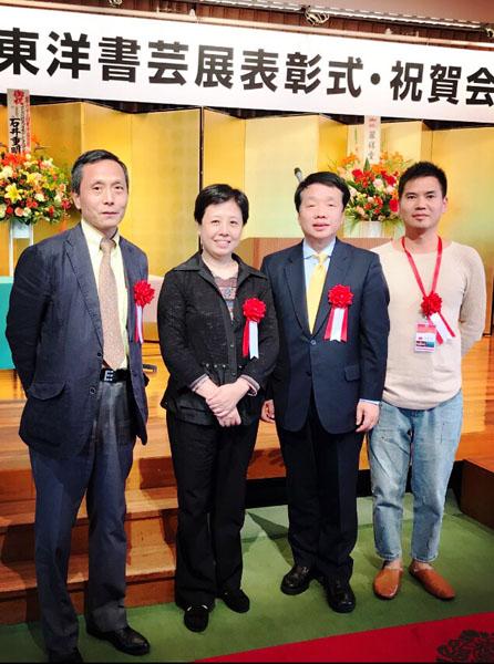图为出席本次展出活动的中国驻日大使馆陈诤参赞(右二)、石永菁(右三)和中国画家田明杰合影