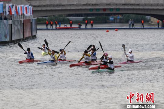 2017中国·上海静安·绍兴皮划艇马拉松世界杯在上海静安区苏河湾区域开赛。 张亨伟 摄