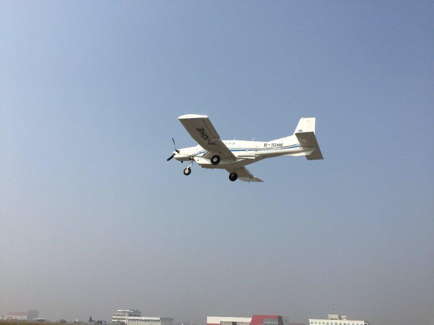 央视网消息:10月26日,由中国科学院工程热物理研究所联合多家单位研发的大型货运无人机AT200在陕西蒲城内府机场完成首飞,标志着全球首款吨位级货运无人机的诞生。   正午12点,AT200无人机一飞冲天!飞机经过滑跑、起飞、爬升至预定高度后,进入巡航段并盘旋两周,随后进入着陆航线平稳着陆,整个飞行过程持续26分钟,全程飞机状态稳定,航迹跟踪精确,达到设计要求。