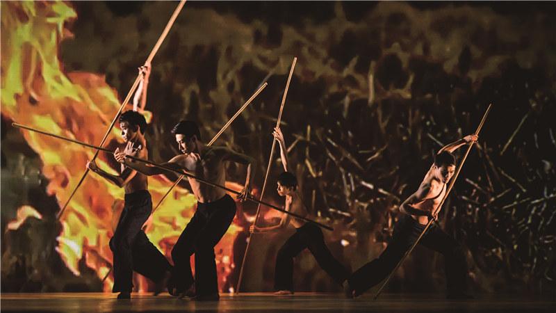 男子手持稻田中常见的竹棍激烈打斗 Gia To/摄
