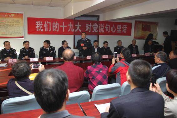 汪勇向咸东社区党员群众传达十九大报告精神。
