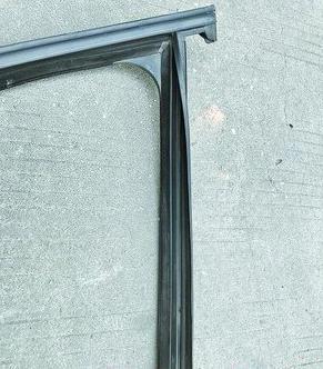 已经变形的车门防水橡胶条
