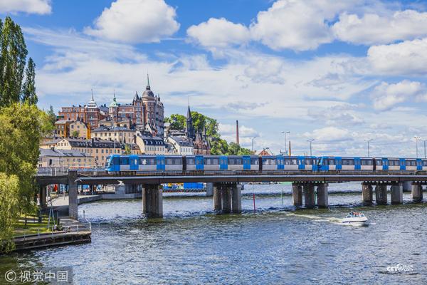 瑞典,斯德哥尔摩,铁路桥梁上的火车。