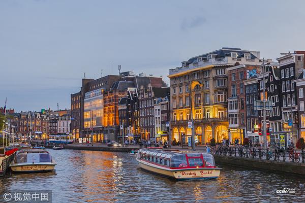 荷兰阿姆斯特丹,在运河中行驶的游艇。