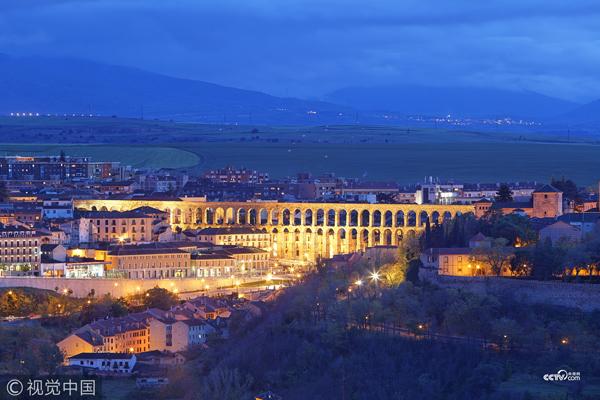 西班牙塞哥维亚,古罗马渡槽的景色。