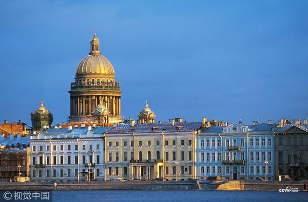 俄罗斯圣彼得堡,圣以撒大教堂和涅瓦河。