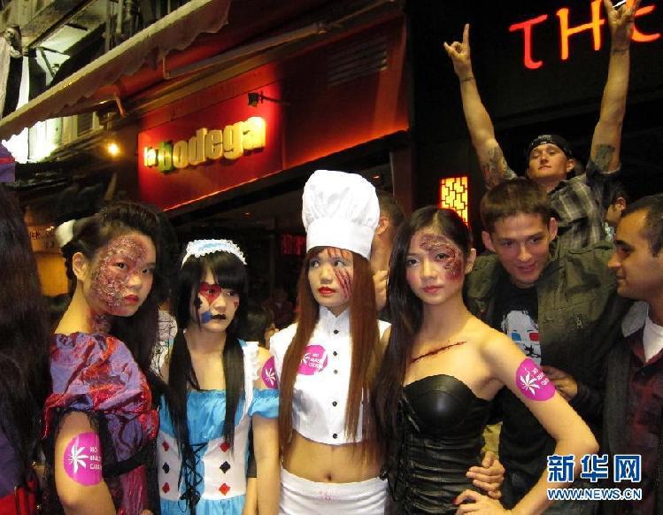 兰桂坊人体艺术照片_装扮成鬼怪的人们在香港兰桂坊狂欢.资料图.
