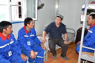 贾能文与维吾尔族员工深入交流。