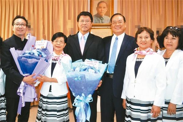国民党台南市党部举行新旧任主委交接典礼,党员献花祝福新主委谢龙介(右四)。(图片来源:台湾《联合报》)