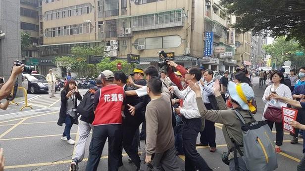 台湾反年改团体频频在台湾街头抗议。图片来源:台湾联合报