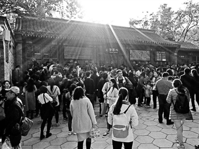 ↑香山公园售票处排队买票的人群
