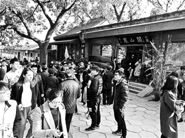 ↑香山公园外几名票贩子正在兜售加价票