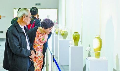 市民被陶瓷展上晶莹剔透的瓷器所吸引。
