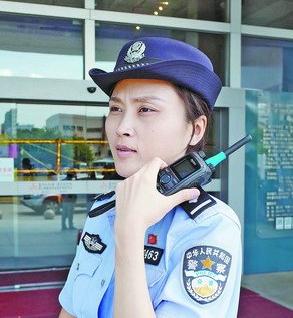 民警林晓洁正在大型活动现场执勤