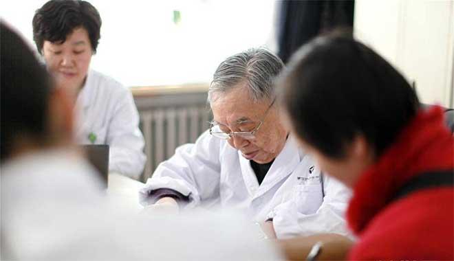 (张琪(右二)在位于哈尔滨的黑龙江省中医药科学院国医堂出诊 来源:新华网)