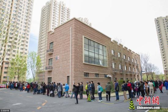 资料图:北京燕保·马泉营家园公租房项目现场排队办理公租房登记的队伍。图片来源:视觉中国