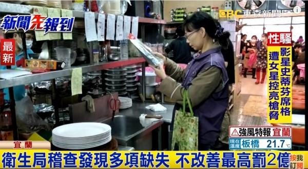 宜兰乌石港海鲜餐厅店员回收客人吃剩的白饭,统一倒回电饭锅中。