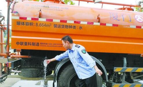 工作人员在采集水样。(市公路局桥隧中心供图)