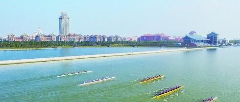 去年的赛艇赛上,运动员在背靠集美大学的全国最美赛道杏林湾水上运动中心竞渡。(集美城发 供图)