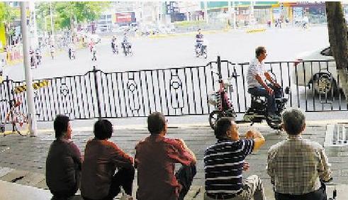 昨日升温,不少市民穿起短袖衣服。