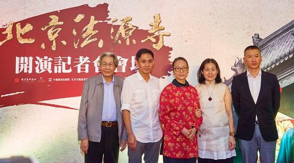 11月7日,在台北举行的话剧《北京法源寺》记者会上,主创演员合影。当日,由李敖原著改编、田沁鑫执导的话剧《北京法源寺》的主演齐聚台北,该剧将于11月8日至9日在台北连演三场。(新华社记者 赵颖全 摄)