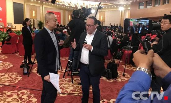 英语频道记者在现场做移动直播