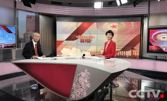 十九大开幕会法语频道直播现场,前外交部驻刚果金大使吴泽献(左)与主持人潘望(右)在演播室