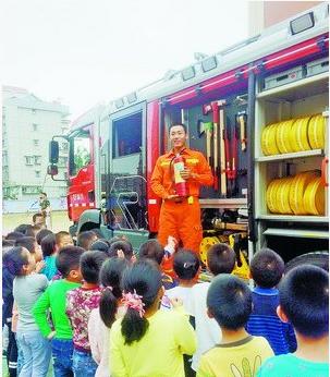 消防官兵讲解消防知识。(莲花小学 供图)