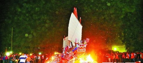 11月7日深夜,海沧芸美村送王船现场。王船在火光中化吉远行,保佑人们平安丰收。