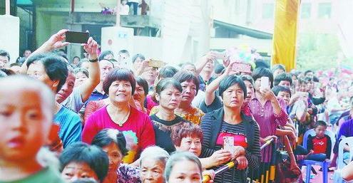 芸美村送王船现场,村民观看民俗节目表演。
